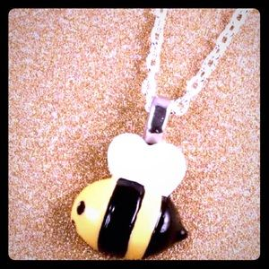 Jewelry - Super cute Little Bee necklace