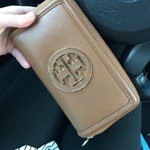 Handbags - Tory Burch Amanda Zip Wallet
