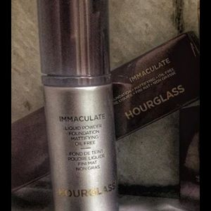 Hourglass Foundation in the shade Natural