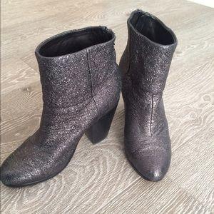 Newbury bootie in metallic black