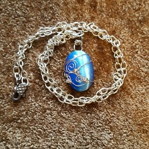⤵NWOT Sparkling blue necklace
