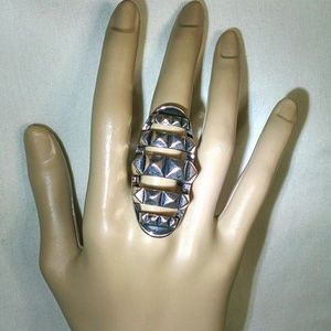 Jewelry - Beautiful antique like large silvertone ring