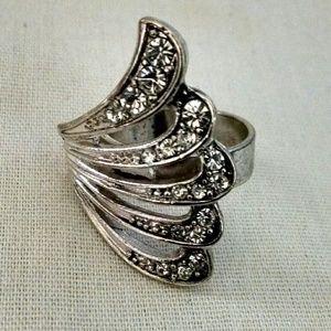 Jewelry - Beautiful silvertone rhinestones antique like ring
