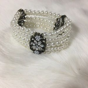 Jewelry - Beautiful pearl with charms bracelet