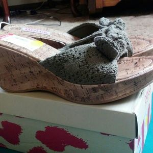 Mojo Moxy Shoes - NWT Dolce Army Green Wedges with bows
