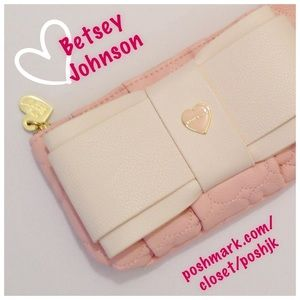 Betsey Johnson Handbags - NWT 💕Betsey Johnson💕Wristlet