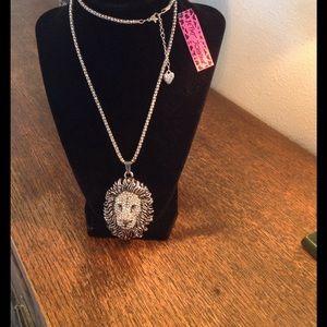 女 Beautiful silver tone crystal lion necklace!