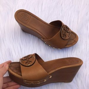 TORY BURCH SZ 8 TAN REVA WEDGES SHOES HEELS