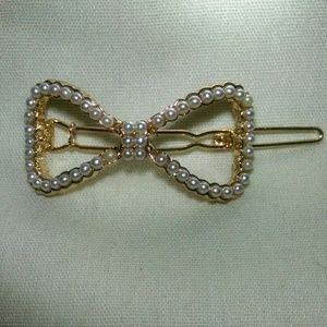 Accessories - Beautiful faux pearl goldtone bow barrette