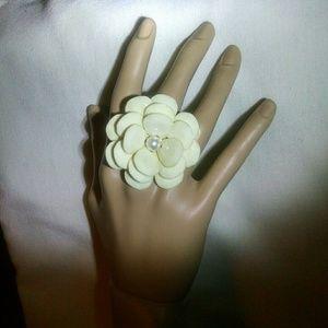 Jewelry - Beautiful rose pearl cream stretch ring
