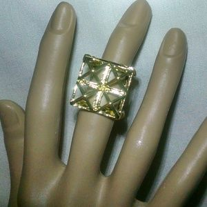 Jewelry - Beautiful gold tone unique design ring
