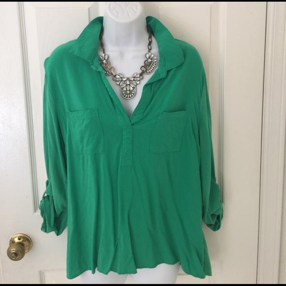 05d2948e4c328 Green silky shirt. M 58a623c3620ff705c6086b86