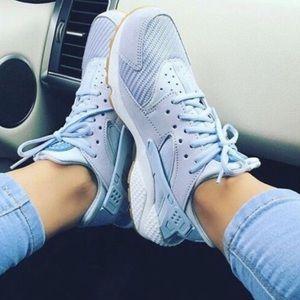 Nike Shoes - At Nike huarache run txt