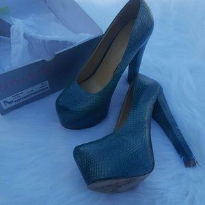 ShoeDazzle teal snakeskin platform heels