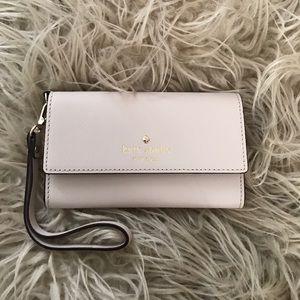 kate spade Handbags - Cedar Street iPhone 6/6s Wristlet
