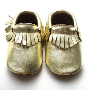 Zulilly Other - Gold metallic fringe baby moccasins