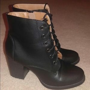 Shoes - Black chunky bootie!
