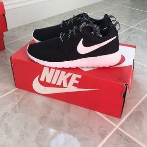 Nike Shoes - Nike roshe one