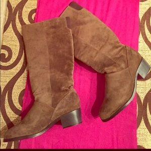 🎉HP🎉 Brown Suede Boots.