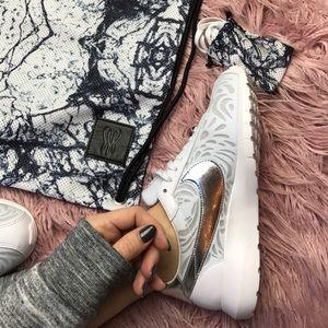 Nike Shoes - NWT Nike rare!!roshe lid 1000 QS Serena