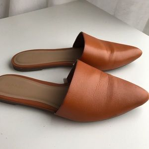Backless pointed-toe mules
