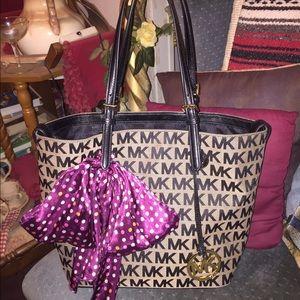 """Michael Kors Handbags - EUC* Authentic MK """"Grab bag tote"""" in black/grey"""