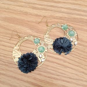 Jewelry - NWOT Gold floral earrings