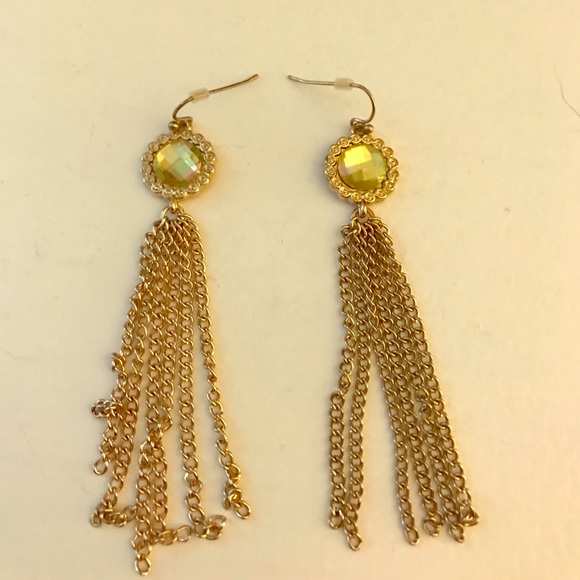 16733fb091284 Dangle earrings w green jewel!