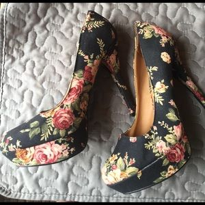 Qupid black Flowered Platform Heels size 7