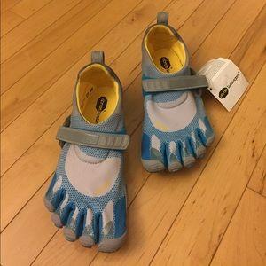 Vibram Shoes - NEW Vibram Fivefingers Bikila Shoes Size 9