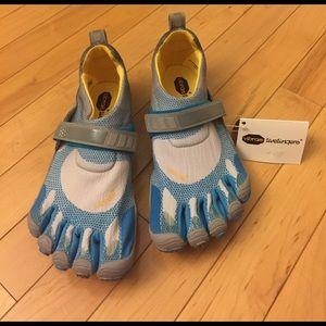 Vibram Shoes - NEW Vibram Fivefingers Bikila Shoes Size 8
