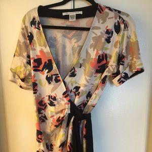 Diane von Furstenberg Dresses & Skirts - Diane von Furstenburg short sleeve wrap dress sz 8