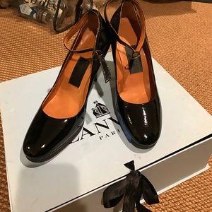 Lanvin round toes pump.. 1 inch high heels