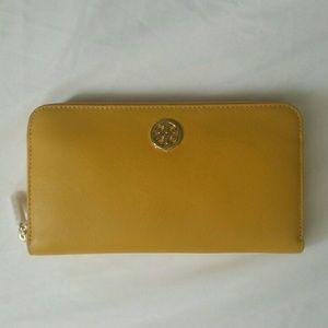 Tory Burch Handbags - Robinson Zip Continental Wallet 💛