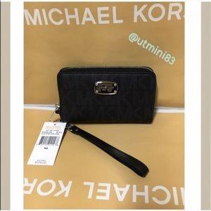 Michael Kors Handbags - 🍥MK wristlet/wallet black