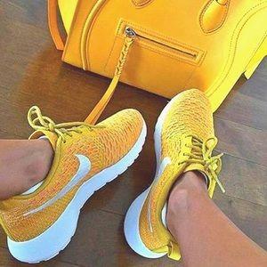Nike Shoes - Women's Nike Roshe one Flyknit sneakers