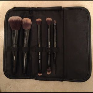it cosmetics Other - It cosmetics travel makeup brush set with case