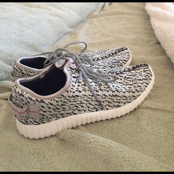 differently f256d b9ee8 Fake yeezy shoes black and white