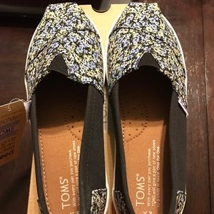 TOMS Other - Toms youth size 3 black canvas dusty floral shoes