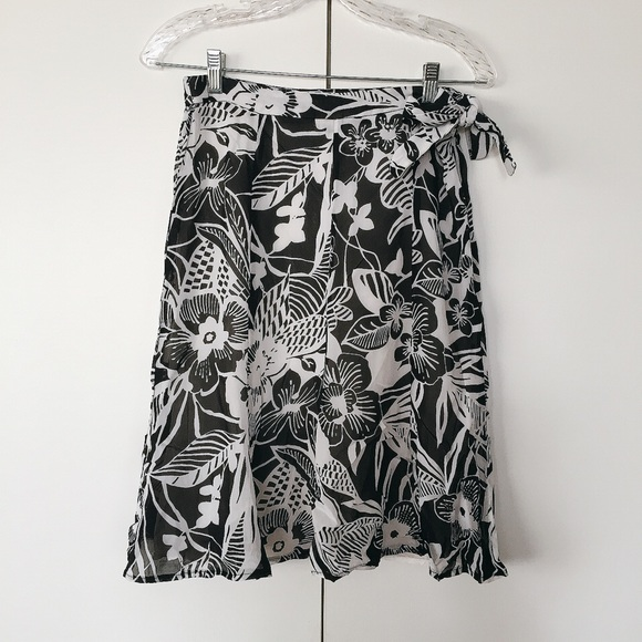c7c1f5c9d7 High waisted black & white floral midi skirt! ⚫ ⚪ .  M_58b496c341b4e084a3015139