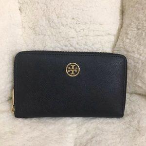 Tory Burch Handbags - Tory Burch Robinson Continental Wallet