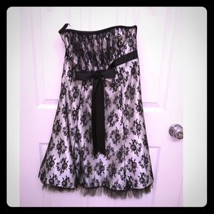 Dresses & Skirts - Cute black and white flare out dress