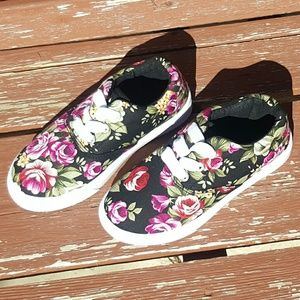 Ositos Other - NWOT Ositos Floral Sneakers
