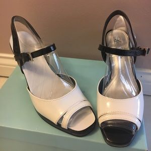 BLACK & WHITE PATENT LEATHER LIFE STRIDE SANDALS