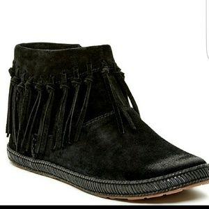 UGG Shoes - UGG Shenandoah fringe ankle Booties size 6