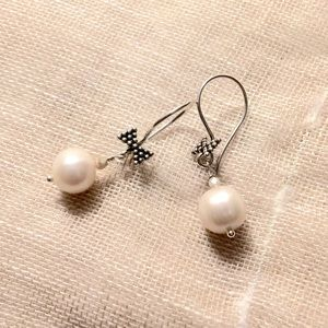 AriGrl Jewelry - Sterling Silver cultured pearl earrings