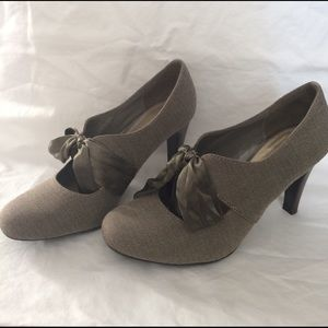 Ann Marino Shoes - ⬇️ Brown herringbone heels with satin bow tie