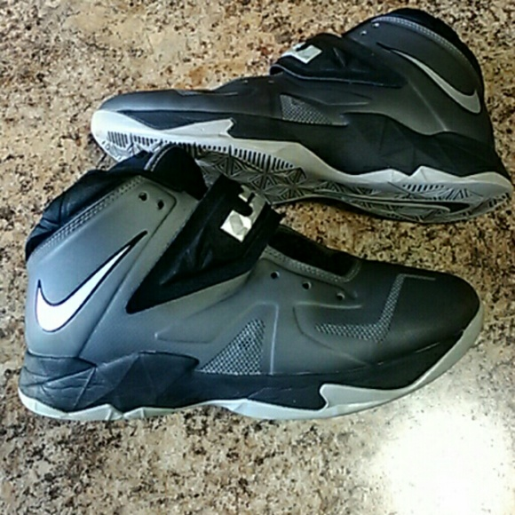 separation shoes 01752 5d2f0 Nike LeBron Zoom Soldier 7, boys size 7Y. M 58b86e85291a35b10d02ddd3