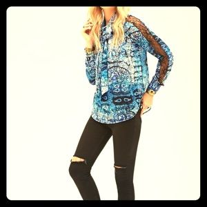 NWT Fabulous blue snakeskin top with lace sleeves