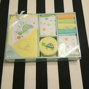Luvable Friends Other - bath time gift set
